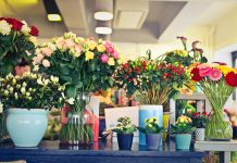 Different flower arrangements. Source: Pexels