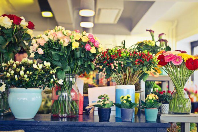 Different flower arrangements. Source: Pexels